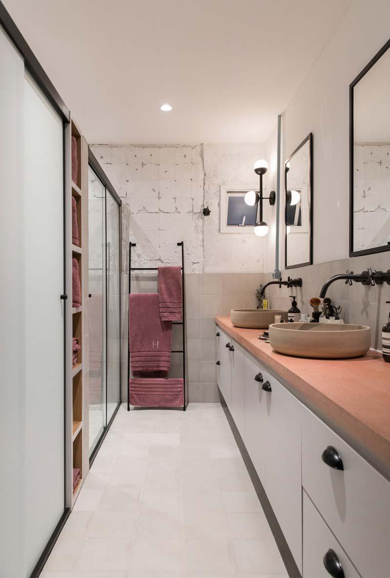 mooie badkamer op maat gemaakte badkamermeubel roze werkblad