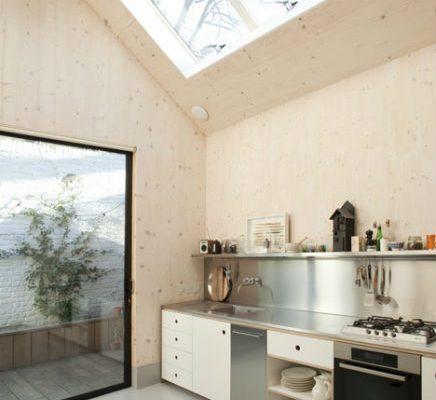Mooie lichte keuken door grote dakraam