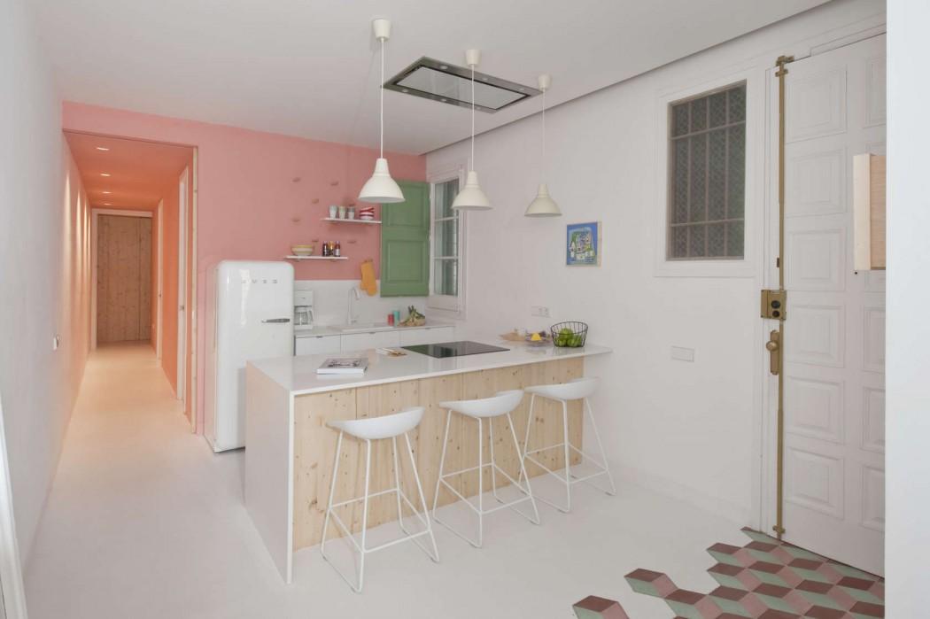 In dit super leuke appartement is een half open keuken gecreëerd met een mooi schiereiland keuken bar en mooie witte barkrukken.