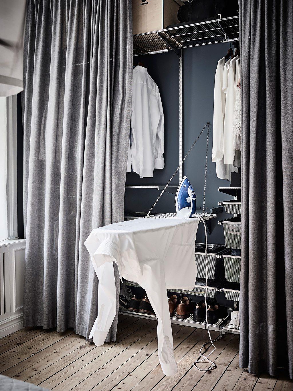 in deze mooie slaapkamer zijn gordijnen opgehangen vr de open kledingkast