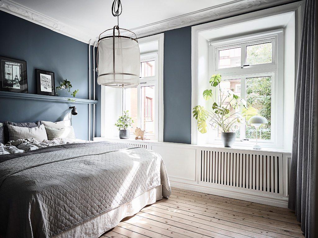 In deze mooie slaapkamer zijn gordijnen opgehangen v r de for Gordijnen voor slaapkamer