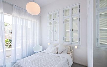 Mooie slaapkamer met mooie ramen