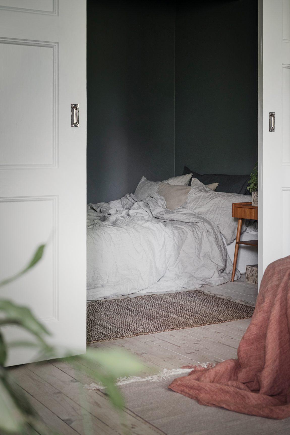 Deze mooie slaapkamer zit verschuild achter prachtige ensuite deuren!