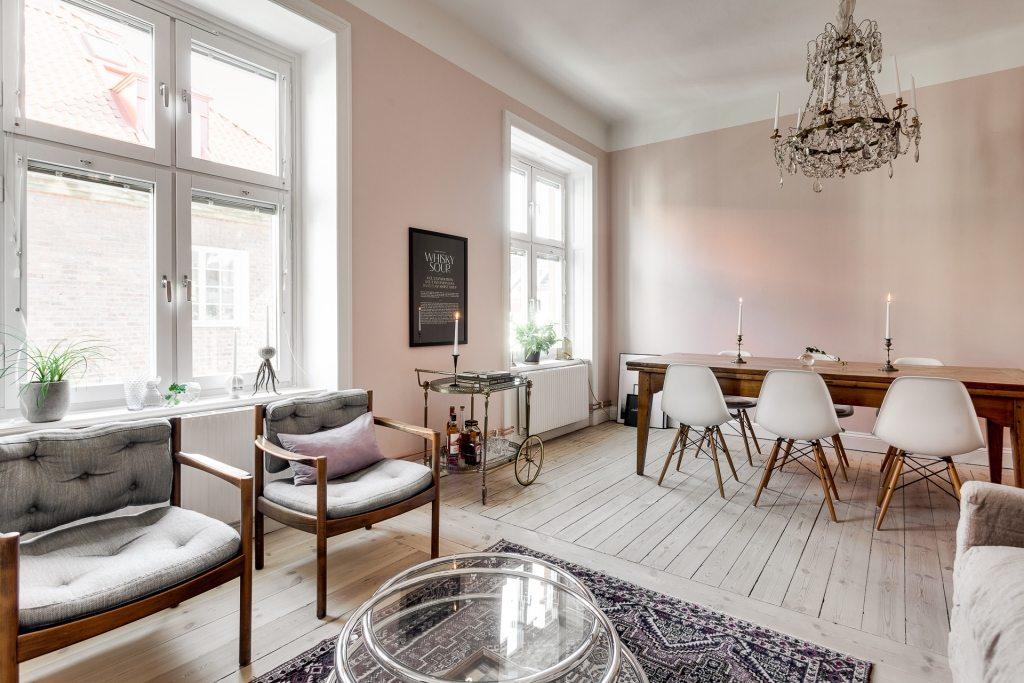 In deze mooie woonkamer zijn de muren roze geschilderd for Klassieke woonkamer inrichting