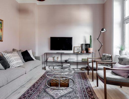 In deze mooie woonkamer zijn de muren roze geschilderd!
