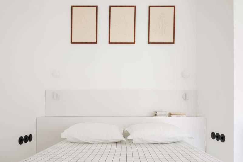 Muurtje achter bed minimalistische slaapkamer