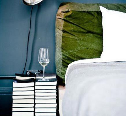 Nachtkastje van boeken of tijdschriften