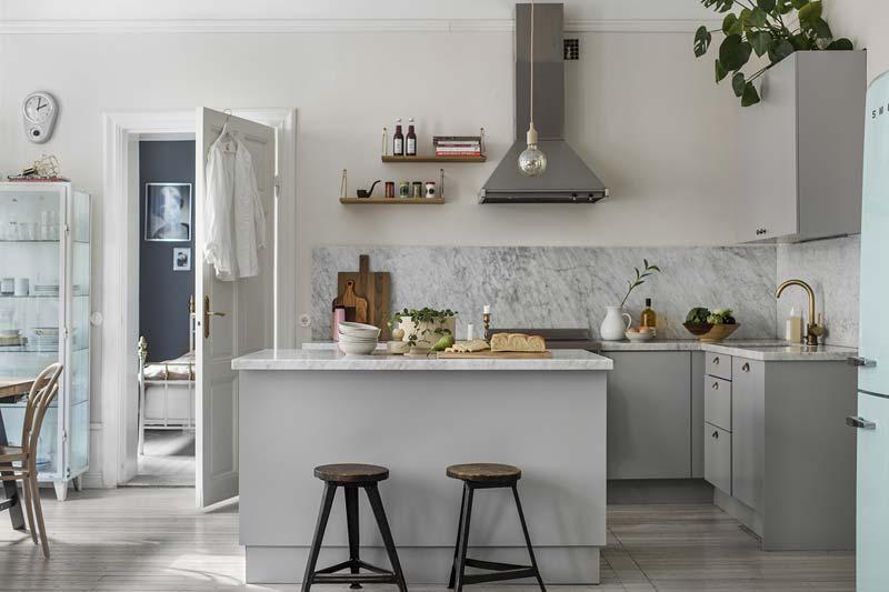 scandinavische lichtgrijze keuken met bartafel