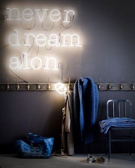 Neon letters in huis