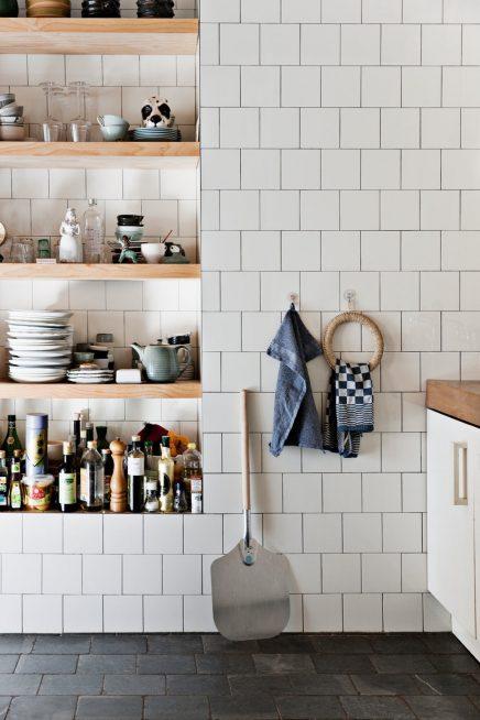 Nissen in de keuken muur