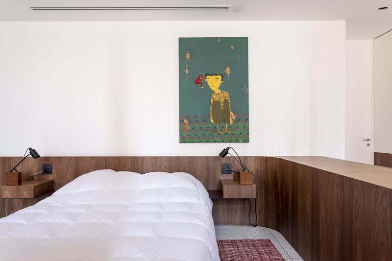 notenhouten lambrisering slaapkamer