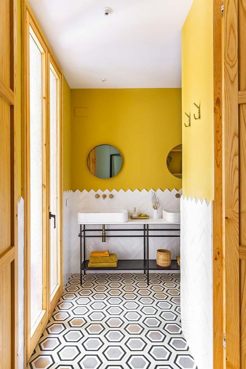 okergeel interieur badkamer