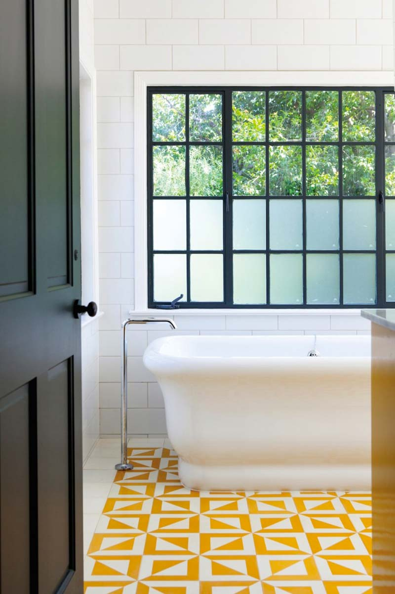 okergele patroontegels badkamer