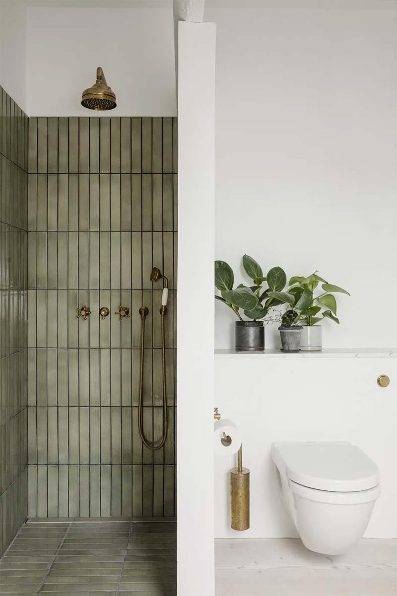 olijfgroene tegels in badkamer