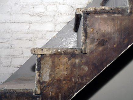 Onbewerkte houten trap