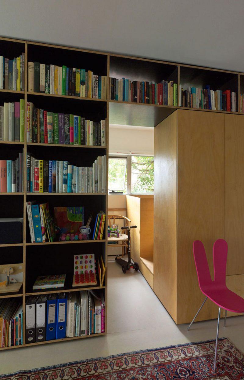 Onder deze kindkamer bevindt zich het uitschuifbare bed van de ouders