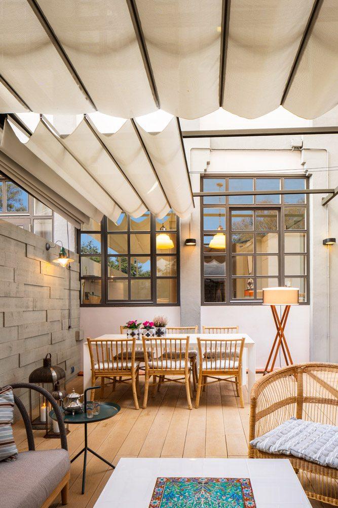 Deze onderhoudsvriendelijke tuin is ingericht met een knusse woonkamer sfeer