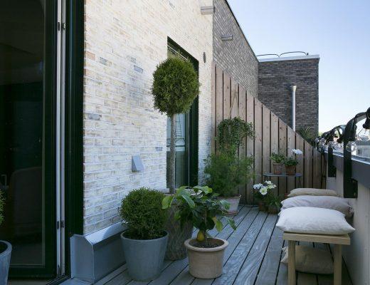 Op dit balkon vind je een super leuke mix van verschillende planten in verschillende potten!