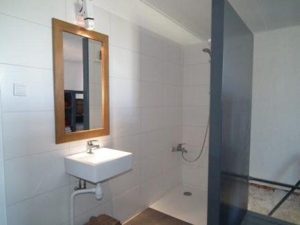Open inloopkast van sloophout inrichting - Slaapkamer open voor badkamer ...