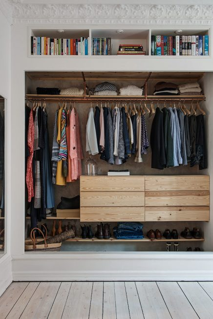 Open kledingkast in de woonkamer