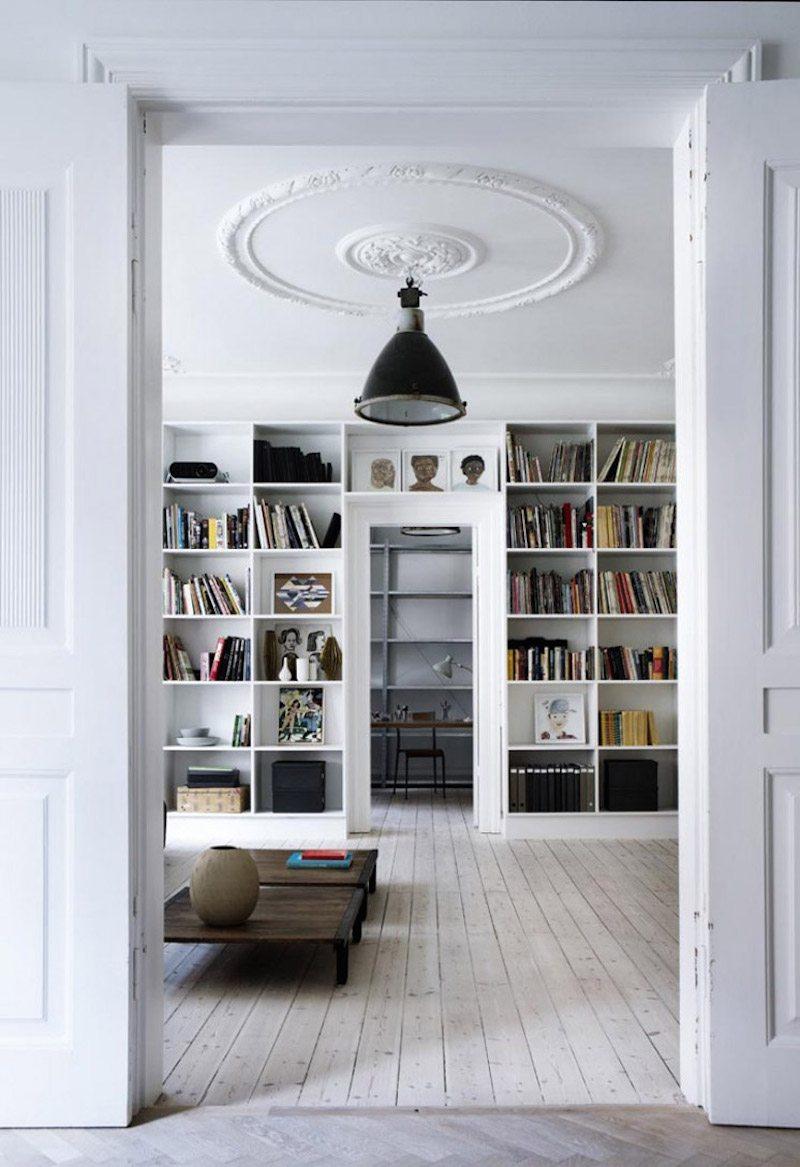 Open wandkast boven deur