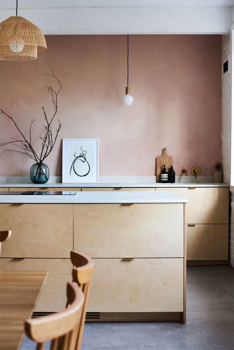 oud roze kalkverf keuken achterwand
