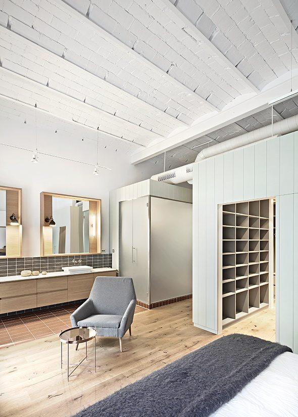 Dit oude kantoorpand is Barcelona is omgetoverd in een ruim stoer loft appartement