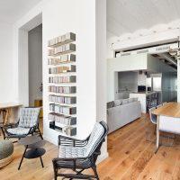 Dit oude kantoorpand in Barcelona is omgetoverd in een ruim stoer loft appartement