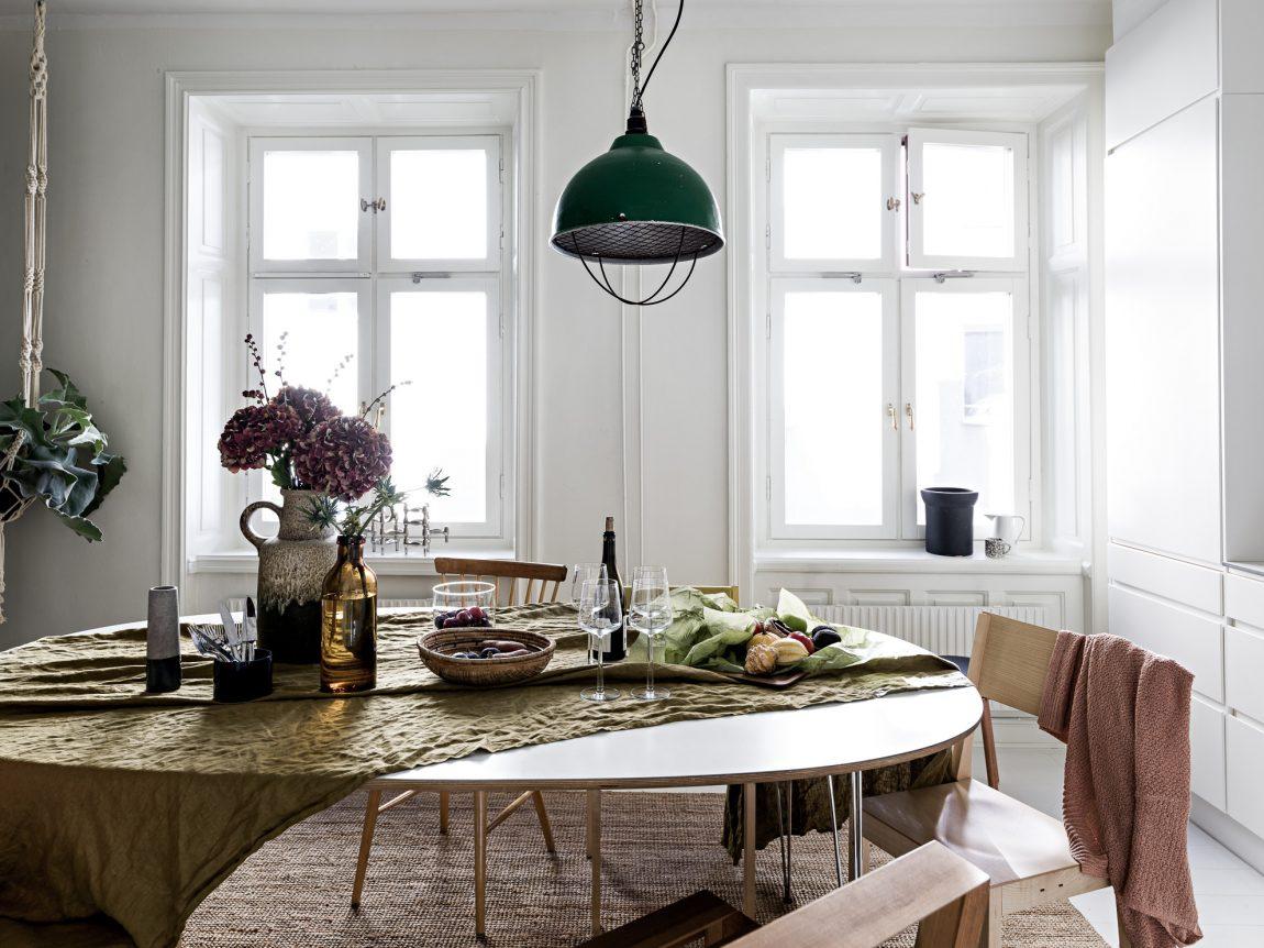 Industriele Hanglamp Keuken : Gezellige leefkeuken met een moderne witte keuken inrichting