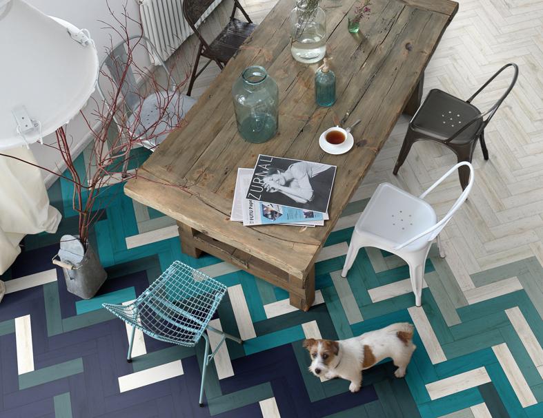 Overloop van tegels naar houten vloer