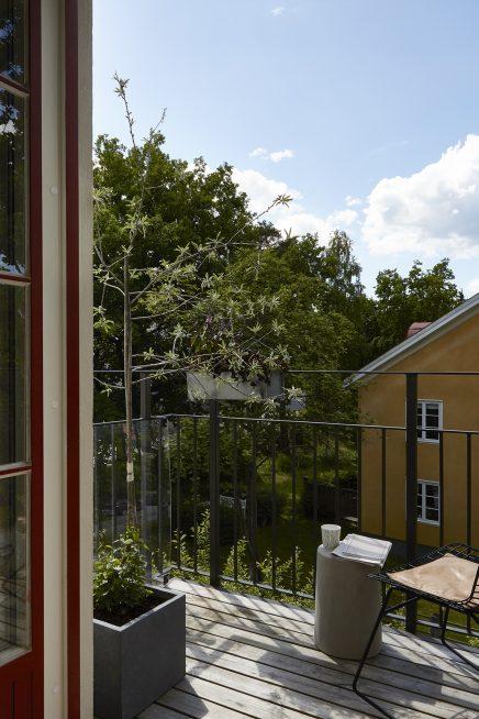 Perfect afgewerkte scandinavische maisonnette inrichting - Balken grijs geschilderd ...