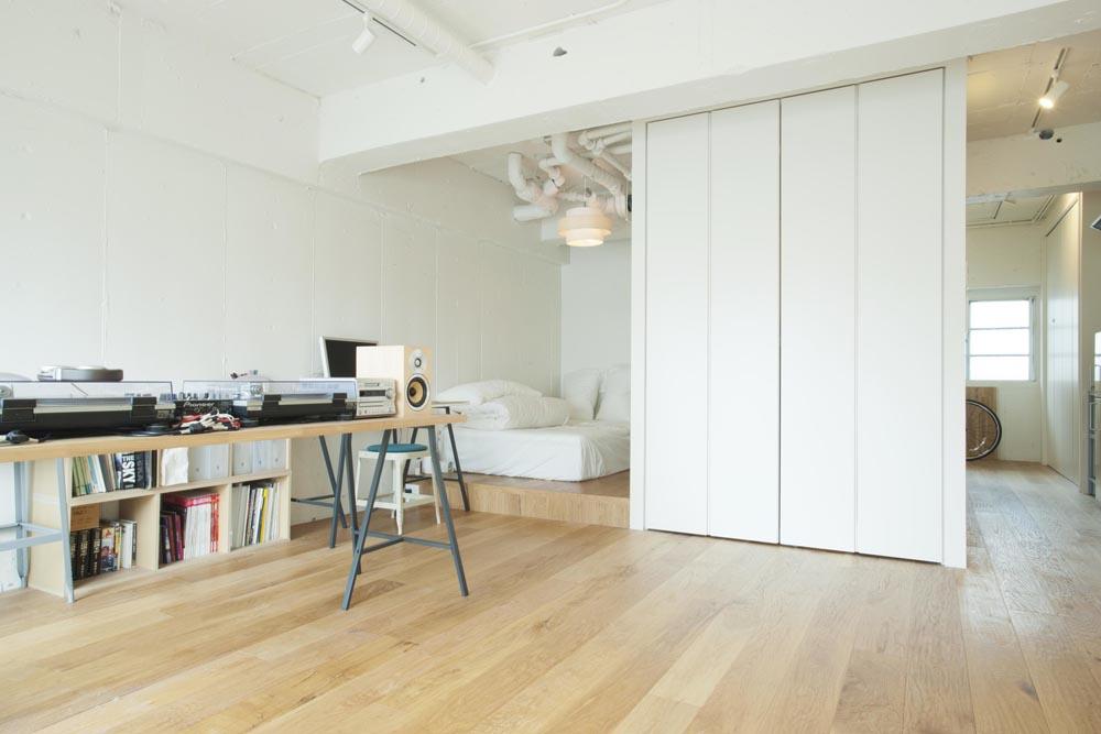 Praktische inloopkast in het kleine appartement van een DJ   Inrichting huis com