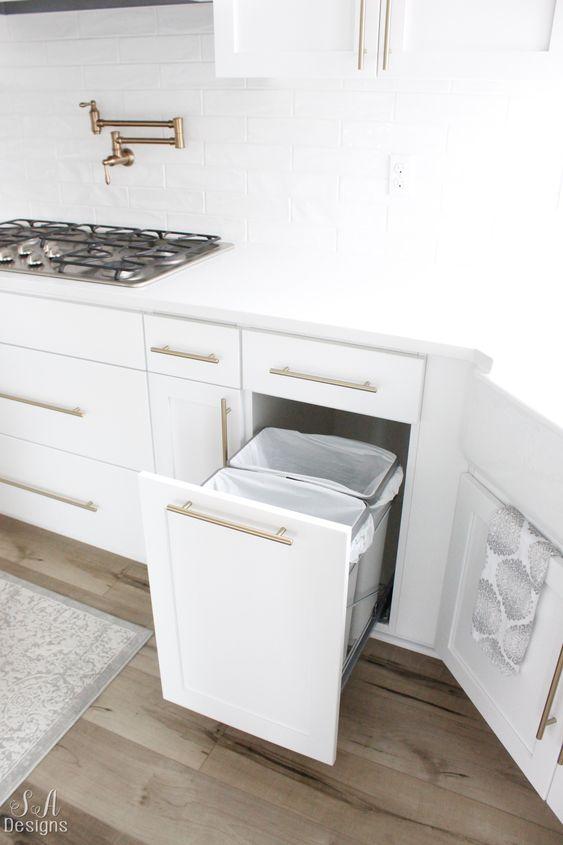 Kleine keuken prullenbak in keukenkast