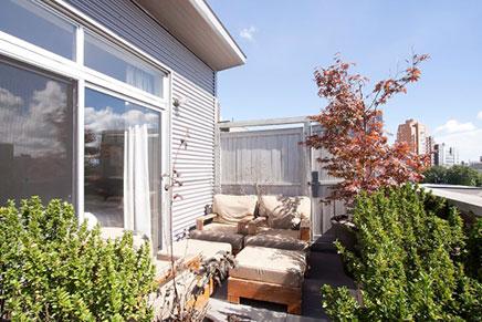 Relaxte balkon van loft woning