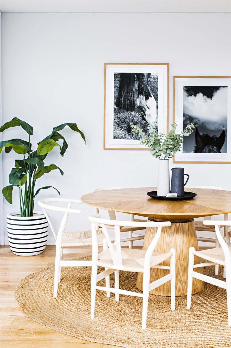Dit ronde vloerkleed is het perfecte kleed onder deze mooie houten ronde eettafel.