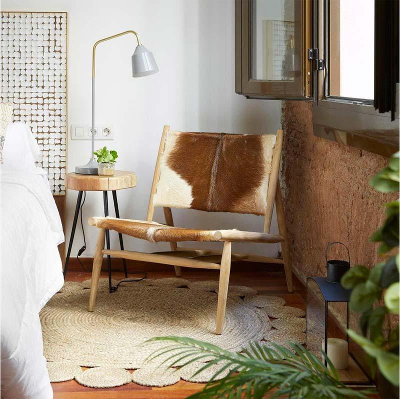 Leuk zithoekje in de slaapkamer met een rond vloerkleed.