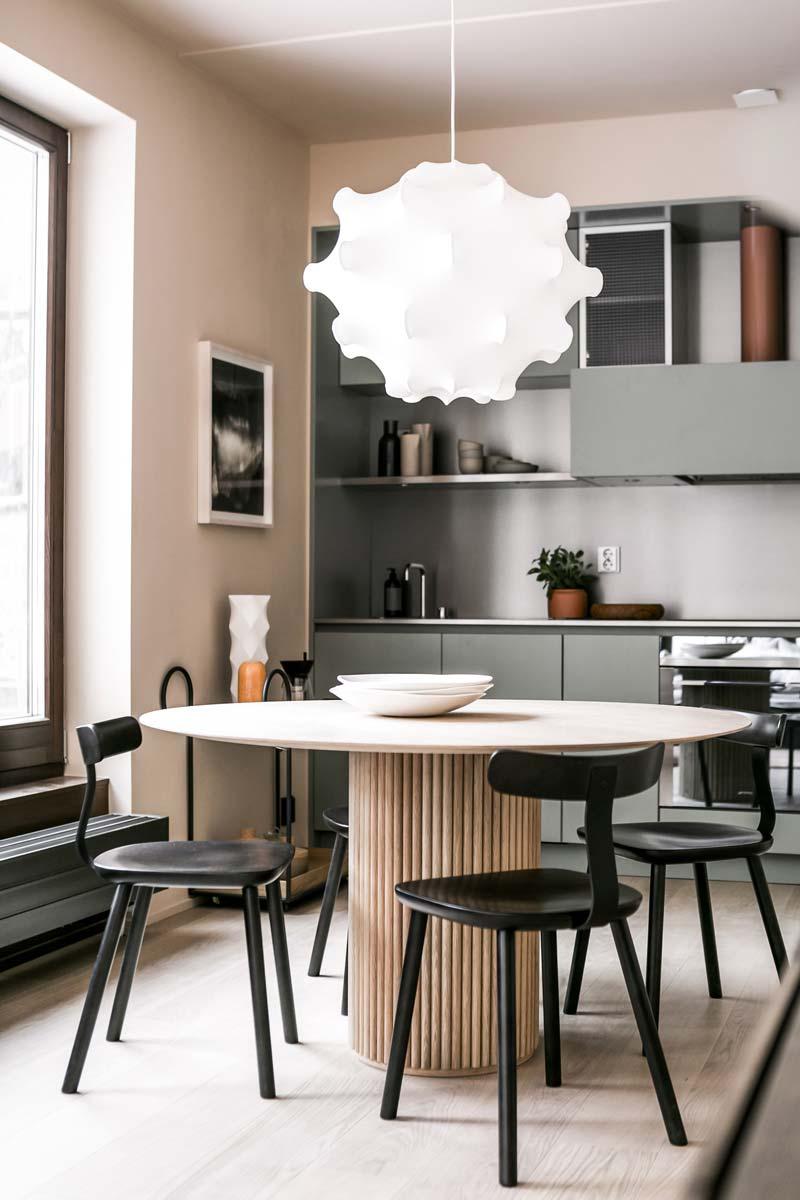 ronde eettafel bij open keuken design