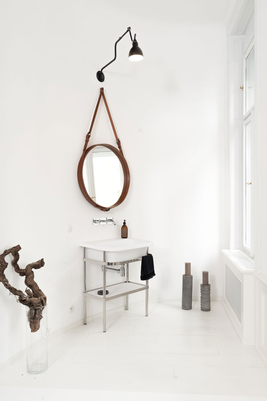 ronde spiegel met leren band klassieke wastafel
