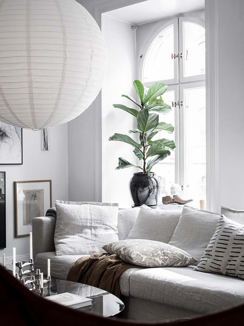 ronde witte hanglamp boven salontafel