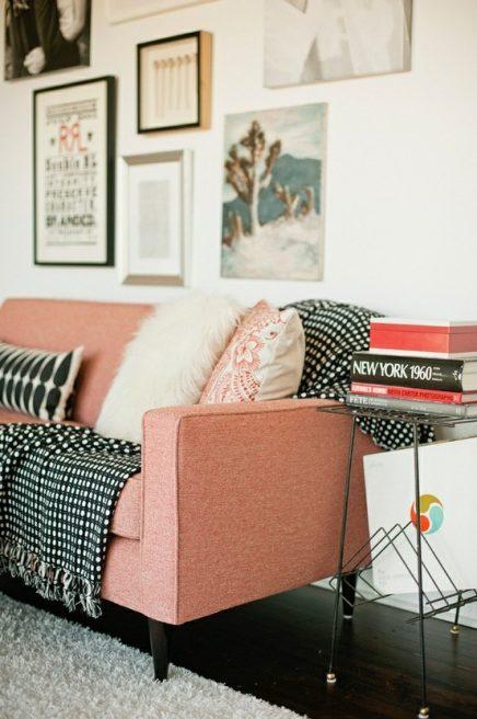 Roze bank op houten pootjes
