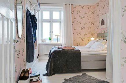 Roze bloemenbehang in de slaapkamer
