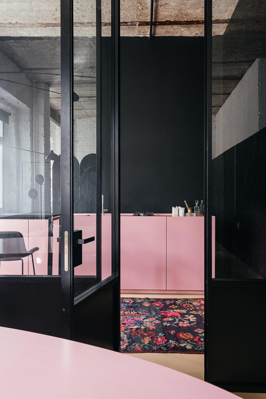 Roze keuken en zwarte muren