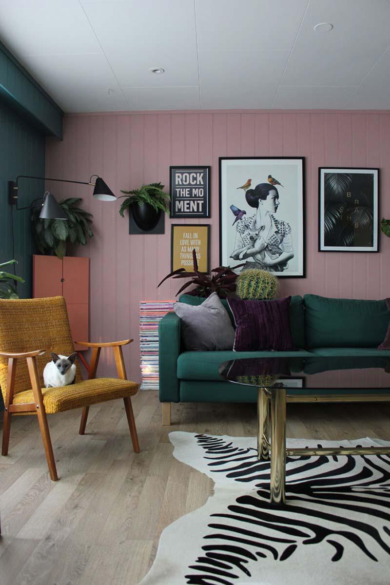 roze muur groene bank