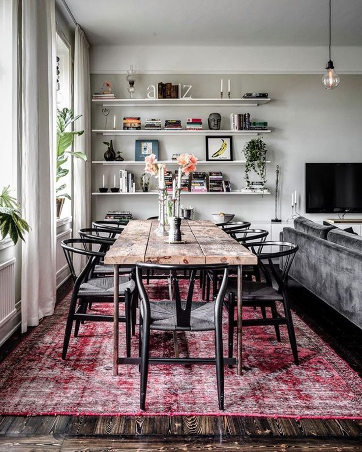 rozenkelim onder eettafel