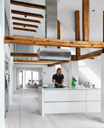 Ruime keuken met mooi hoog plafond inrichting - Houten balkenplafond ...