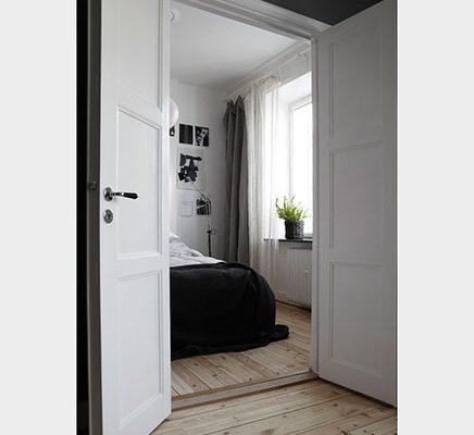 Ruimtelijke slaapkamer naast keuken