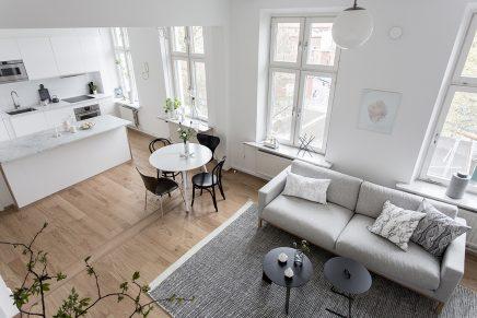 Ruimtelijke woonkamer met open keuken en trap | Inrichting-huis.com