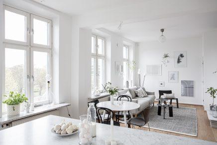 Woonkamer Van Muji : Ruimtelijke woonkamer met open keuken en trap inrichting huis