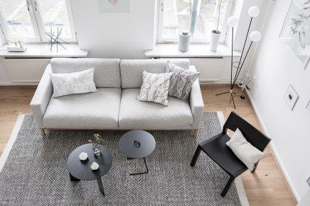 Ruimtelijke woonkamer met open keuken en trap inrichting huis.com