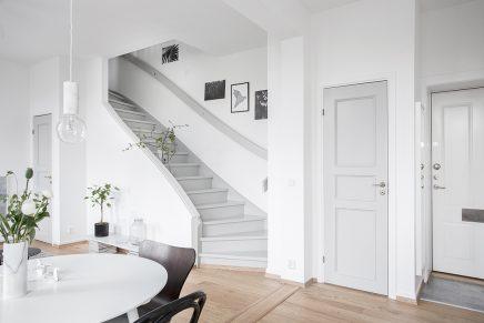 Ruimtelijke woonkamer met open keuken en trap inrichting - Witte trap grijs ...